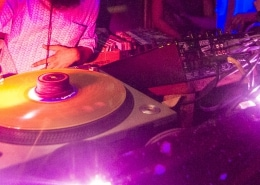DJ en discoteca